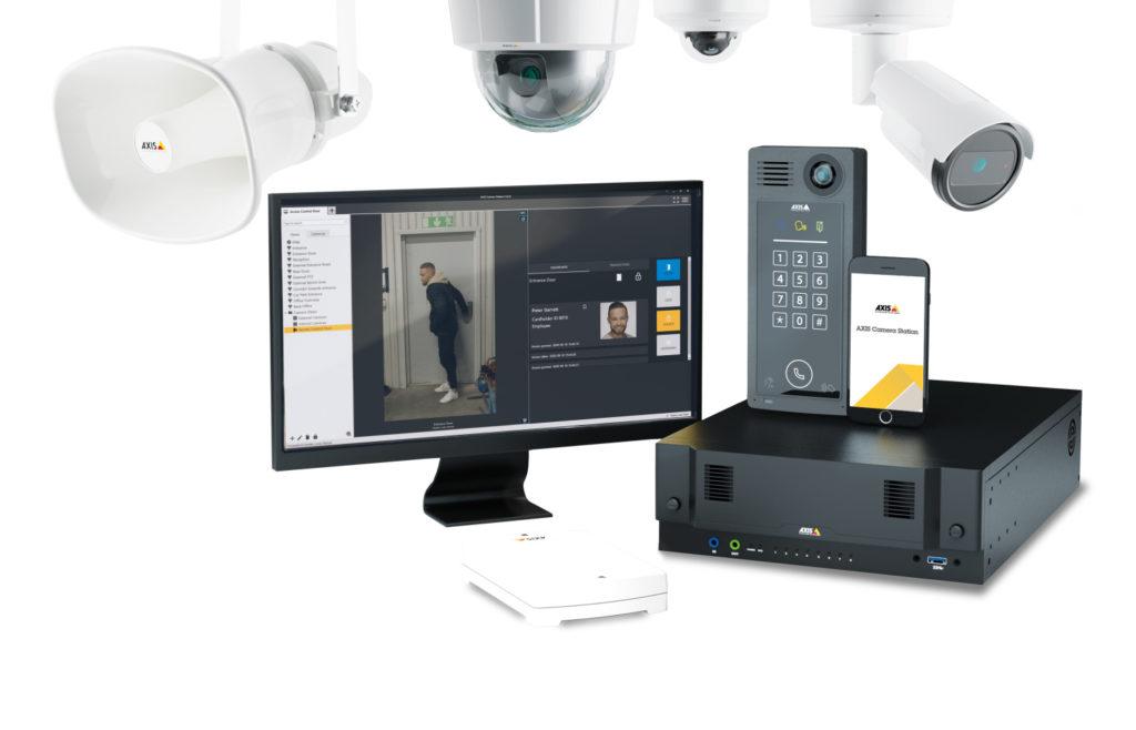 Jak funguje IP kamerový systém? Moderní IP bezpečnostní systémy si představte jako chytrou síť bezpečnostních senzorů (kamer, čidel, reproduktorů a dalších hardwarových zařízení), které se sbíhají do jedné platformy – softwaru pro správu videa (často se označuje jako VMS z anglického video management software). Právě VMS (jako je např. AXIS Camera Station) je zastřešujícím a spojujícím prvkem bezpečnostního systému, který vám umožňuje jednotlivé prvky zabezpečení nastavit, zkontrolovat a v případě incidentu