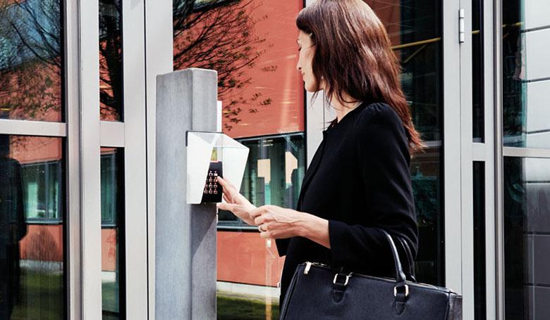 Zutrittskontrollsysteme: Frau tippt Zahlencode ein.