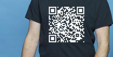 QR-Code auf schwarzem T-Shirt - QR-Codes