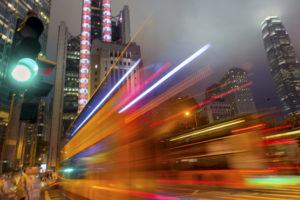 Bus in Hongkong fährt im Central District vorbei. Höhere ISO, leicht bewegungsunscharf.