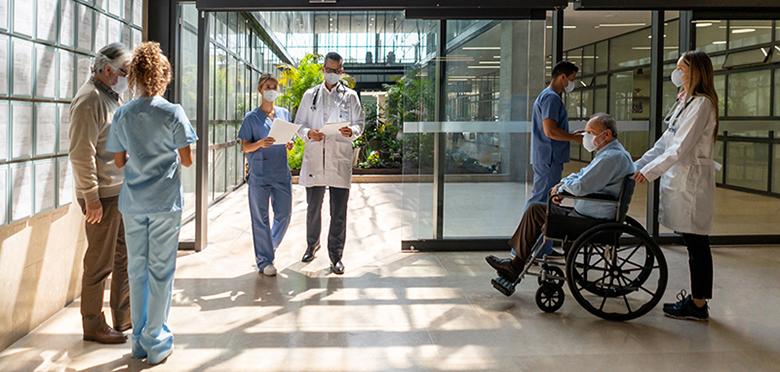 Menschen, die das Krankenhaus betreten und verlassen - Konzepte für mehr Sicherheit im Gesundheitswesen