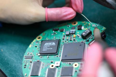 Assembling circuit card
