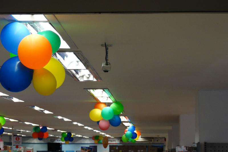 Ballons and ceiling camera in Bemol store