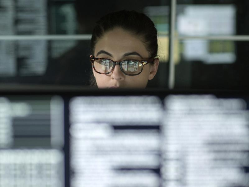 woman_glasses_over_monitor_screens_2011_2600x1950.jpg