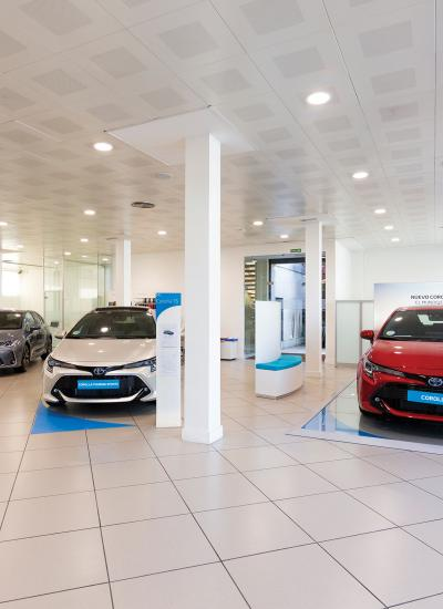 Kuruma showroom with cars