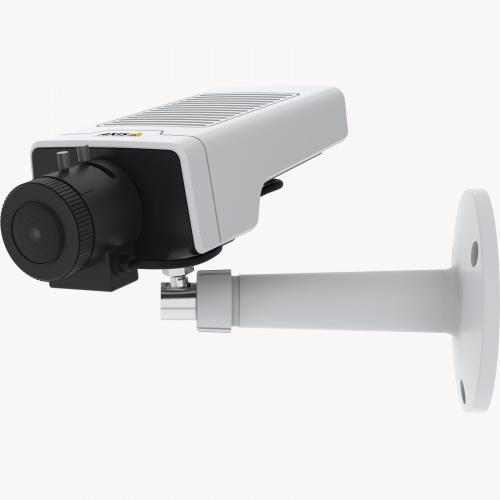 IP-камера AXIS M1135 IP Camera оснащена технологиями Lightfinder и Forensic WDR. Показан вид устройства под углом слева.